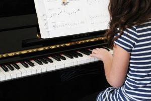tocar-piano-niños
